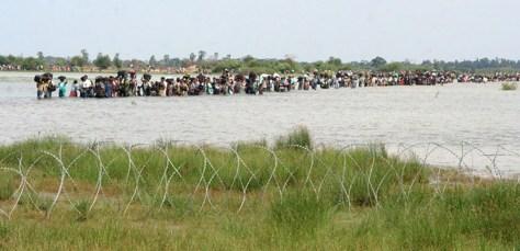 Image: Sri Lankansflee area held by Tamil Tiger rebels