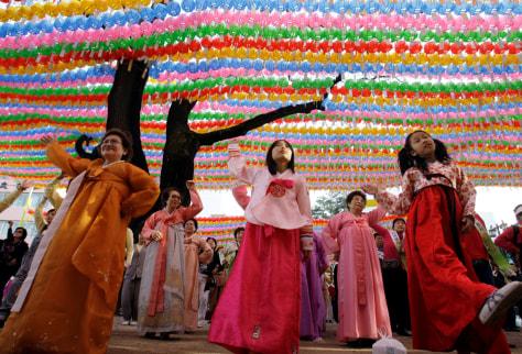 Image: South Koreans dancing