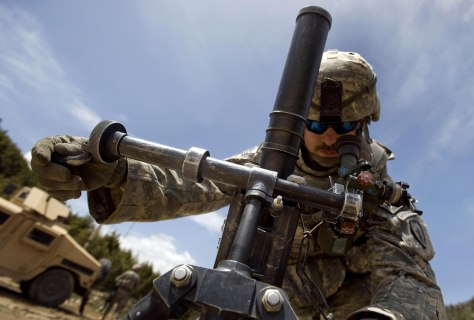 Image: U.S. soldier sets up a 60mm mortar near the Afghan-Pakistan border