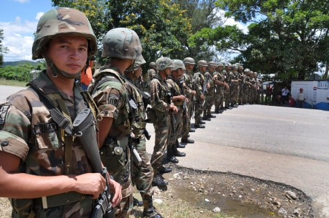 Image: Honduran soldiers stand guard at the border