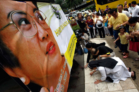 Image: Filipinos pay tribute to Aquino