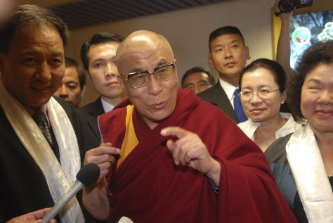 Image: The Dalai Lama arrives in Taiwan