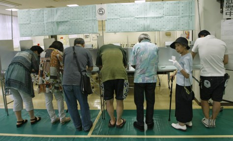 Image: People fill out ballots