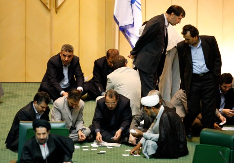 Image: Iranian lawmakers count votes