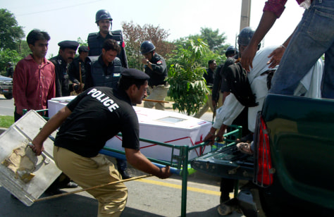 Image: Body of Pakistani Christian loaded onto vehicle