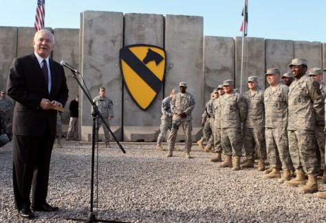 Image: Defense Secretary Gates talks to troops in Iraq