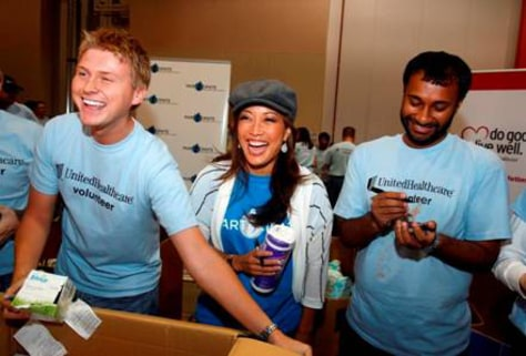 Image: Carrie Ann Inaba with UnitedHealthcare employees
