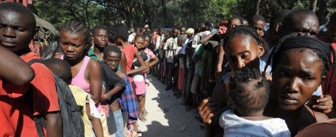 Image: Haitians queue for aid