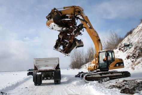 Image: A crane picks up abandoned vehicle