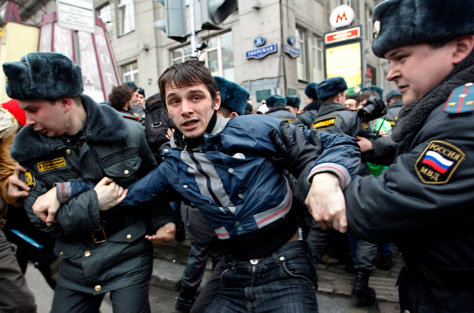 Image: Police detain a anti-Kremlin protester inMoscow