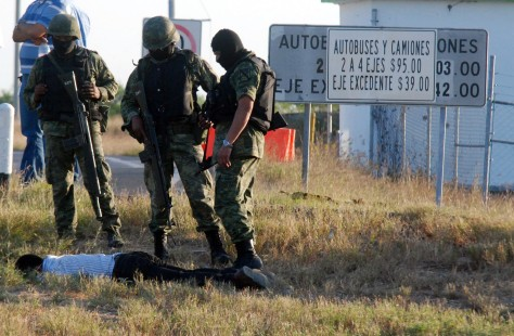 Image: Mexican soldiers with suspected gunman's body