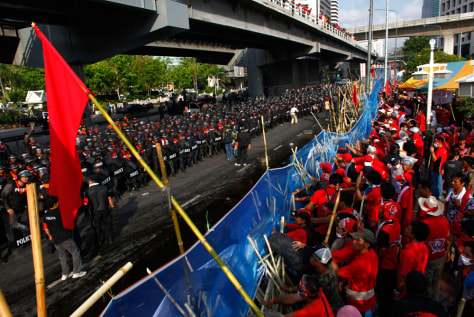 Image: Riot police, protesters in Bangkok