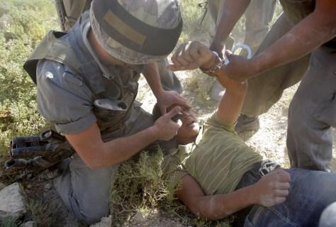Image: Israeli border police arrest Palestinian protester
