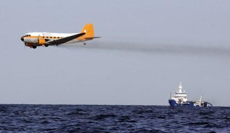 Image: Plane drops dispersant
