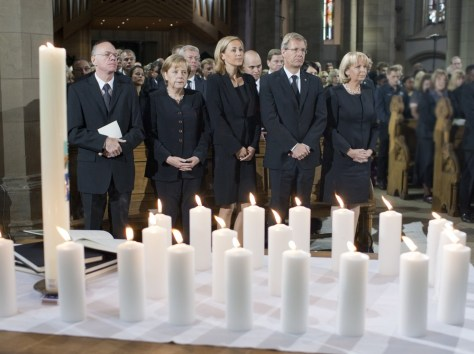Image: German Bundestag president Lammert, Chancellor Merkel, President Wulff and his wife Bettina and Kraft, state premier of North Rhine-Westphalia attend a memorial service in Salvator Church (Salvatorkirche) in Duisburg