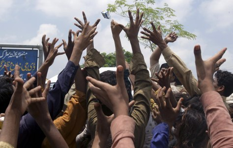 Image: Villagers jostle for relief food