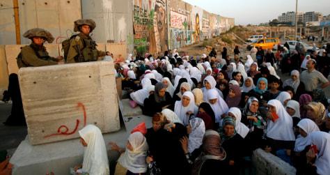 Image: Palestinians cross towards Jerusalem