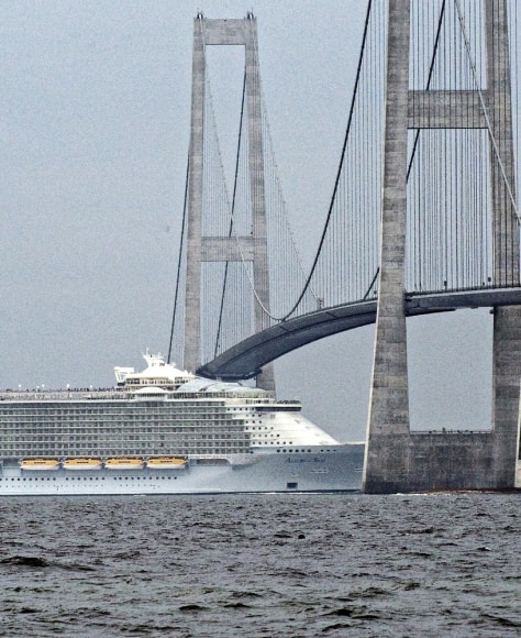 Image: Allure of the seas passes Danish waters