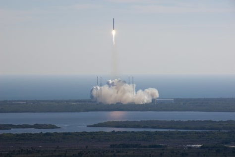 Image: Falcon 9 rocket and Dragon spacecraft lift off