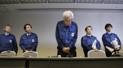 Image: TEPCO Vice President Muto bows at a news conference at the company head office in Tokyo