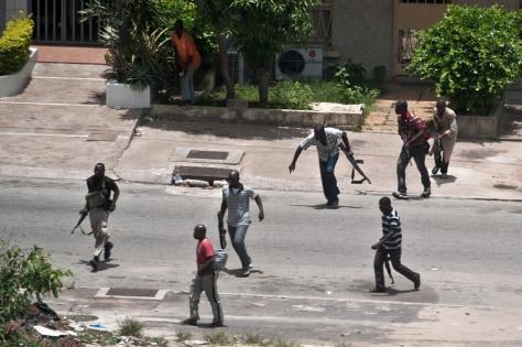 Image: Pro-Gbagbo militiamen fight in Abidjan