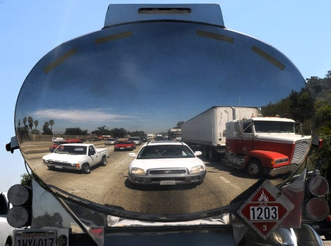 Image: Cars are reflected in a truck in the traffic jam