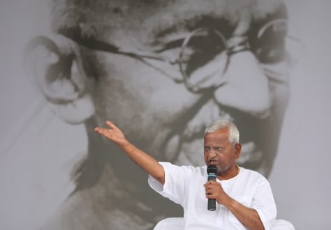Image: Fasting Indian veteran social activist Anna Hazare addresses addresses supporters