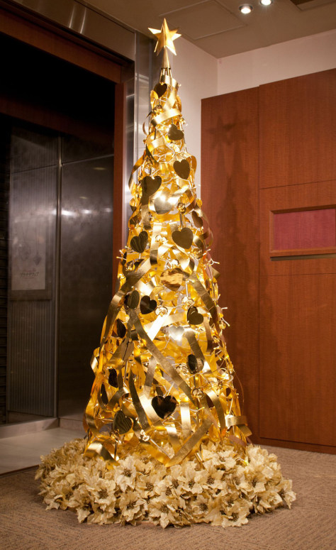 Christmas tree made of pure gold is valued at GBP 1,300,00 ($2 million), Tokyo, Japan - 25 Nov 2011