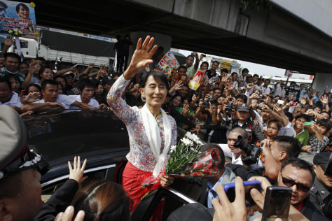 Image: Aung San Suu Kyi greets migrant workers in Thailand