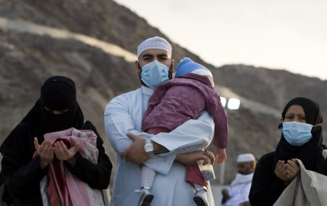 Image: Muslim pilgrims pray