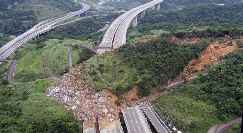 Image: Landslide buries highway in Taiwan