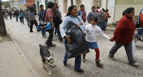 Image: Chileans walk to higher ground after tsunami warning