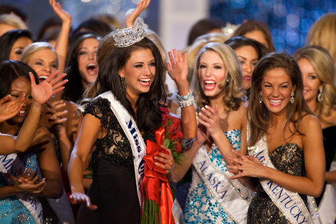 Image: Laura Kaeppeler surrounded by other contestants