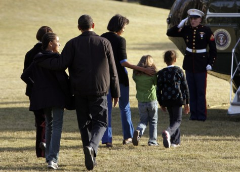 Image: President Barack Obama, First Lady Michelle Obama and others board Marine One.