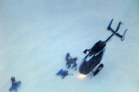 Image: Helicopter, rescuers at avalanche site
