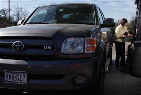 IMAGE: TEXAN FILLS UP SUV
