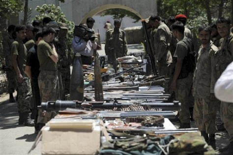 Image: Pakistani troops display confiscated weapons