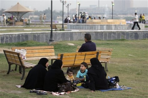 Image: Iraqis in Baghdad park