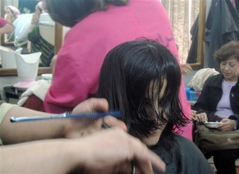 IMAGE: HAIRDRESSER TRIMS BAGHDAD WOMAN'S HAIR
