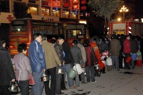 Image: Residents line up for water