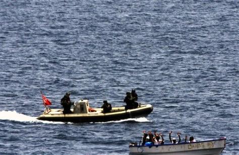 Image: Turkish commando close in on pirates