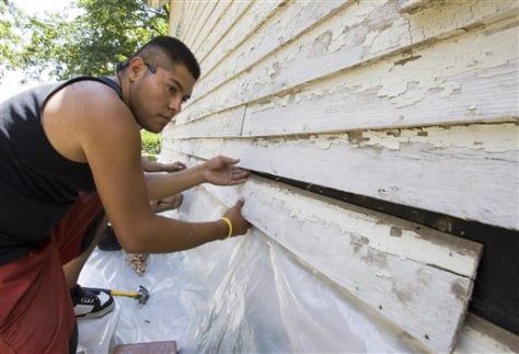 Image: Edwin Aguilar replaces siding
