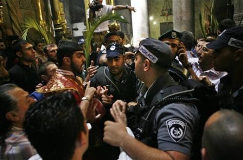 IMAGE: ISRAELI POLICE BREAK UP FIGHT