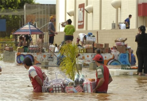 Image: Residents carrying food