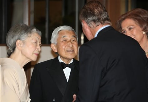 Image: Japanese Emperor Akihito, second from left, and Empress Michiko
