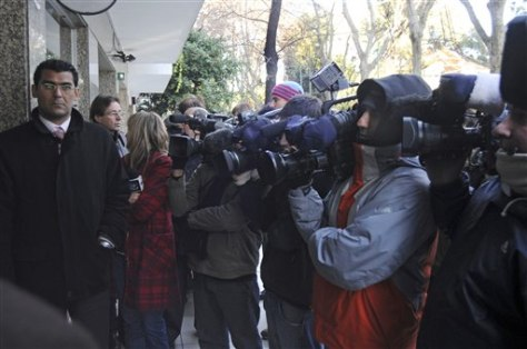 Image: Media wait outside apartment building of Sanford's mistress