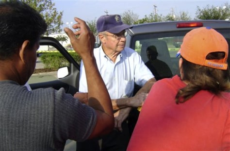 Image: Homeowner negotiates with Latino laborers