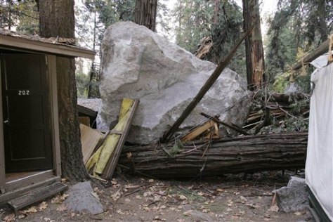 Image: Boulder next to Yosemitecabin