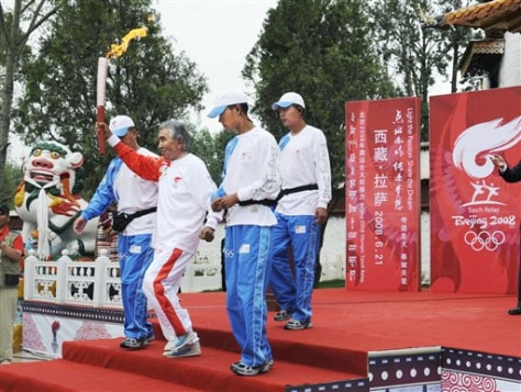 Image: Olympic torch relay in Tibet