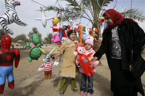 Image: Iraqi children shop for toys